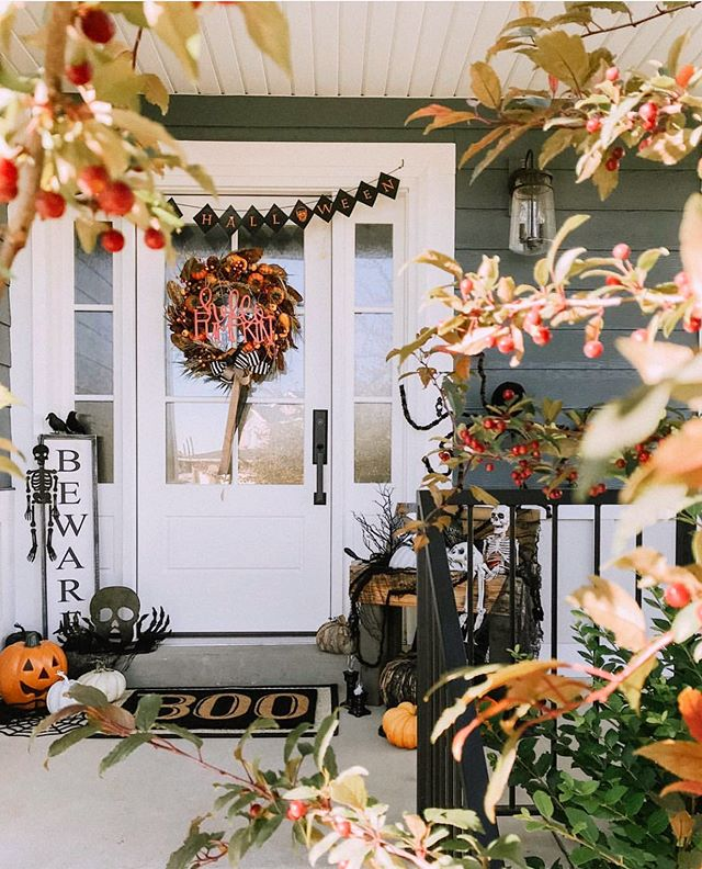 An example of how you can decorate your porch for Halloween