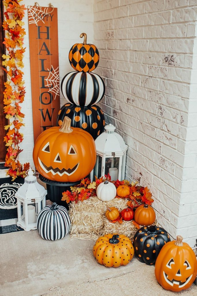 Use lots of pumpkins to decorate your porch for halloween